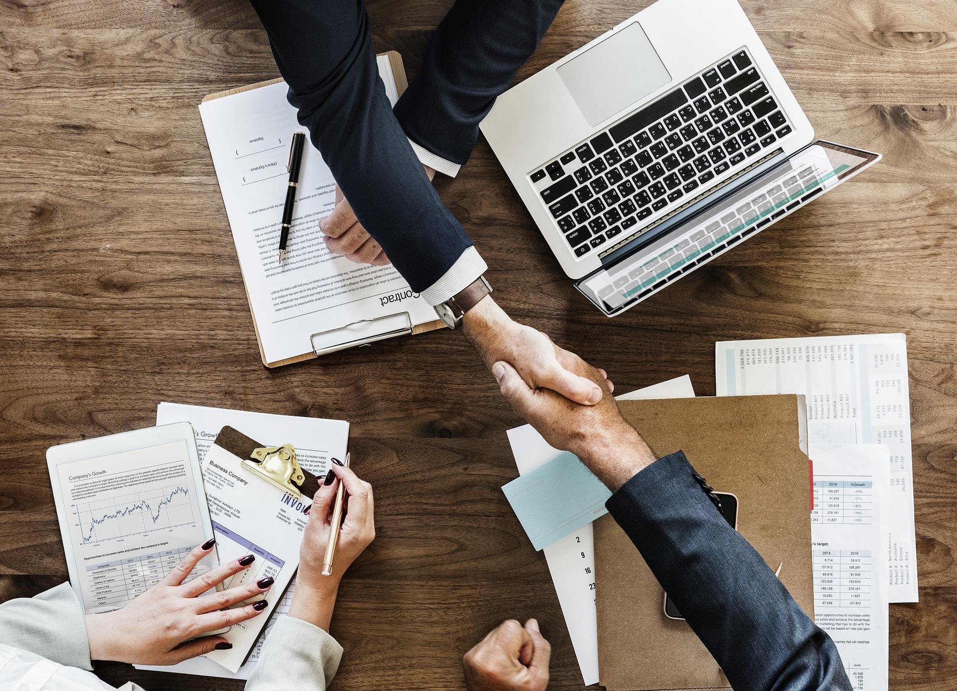 サラリーマンが会社設立!節税と信用のメリットと負担増のデメリット